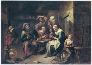Familie rond een schaal pannenkoeken