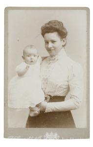 Portret van Anna Maria Gevers Deynoot (1877-1954) en waarschijnlijk Maria Aletta Rebecca van der Wyck (1899-1983) of Emilia Christina van der Wyck (1904-...)