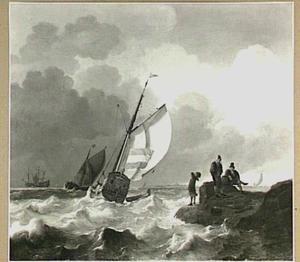 Statenjacht in een frisse wind met rechts drie mannen op een landtong