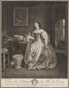 Dame in interieur met hondje en poes