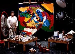 Portret van Karel Appel in zijn atelier