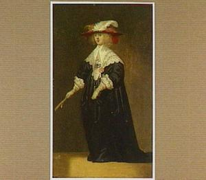 Vrouw met een hoed met veren en een waaier