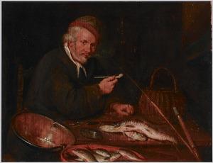 Een visser zit te roken bij zijn vangst in een interieur