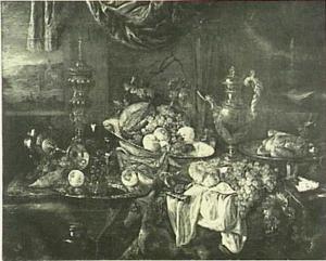Stilleven met fruit, voedsel, glas- en zilverwerk en porcelein op een donker kleed met wit servet en een doorkijkje naar buiten