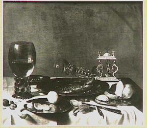 Stilleven met tinnen vaatwerk, bekerschroef, roemer, glas façon de Venice, citroenen, bokking en brood