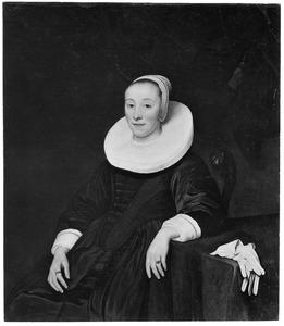Portret van een vrouw zittend bij een tafel