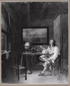 Een zittende jonge man in een interieur die een pijp rookt