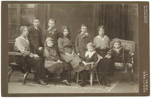Portret van negen onbekende kinderen