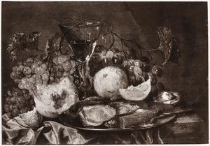 Stilleven met fruit, tinnen bord, mes, oester en wijnglas