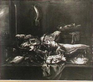 Visstilleven met kabeljauw, kreeft, krab en schol; op de achtergrond een doorkijkje met een strandscène (links) en schollen aan een haak (midden)