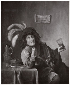 Rokende jonge man aan tafel, met een glas in zijn hand