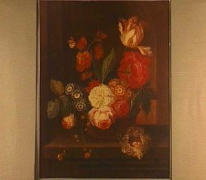 Bloemen in een mand, op een stenen plint voor een nis