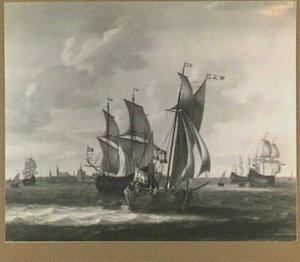 Plezierjacht en koopvaarders voor de haven van Hoorn