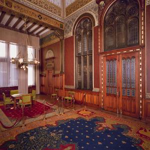 Koninklijke wachtkamer met friezen voorzien van fabelvoorstellingen