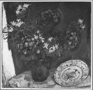 Stilleven met bloemen en bord