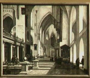 Interieur van een katholieke kerk met bezoekers, bedelaar en monniken; op de achtergrond een kerkdienst