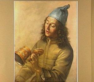 Jongeman met blauwe muts kijkend in een gedecoreerde bierpul