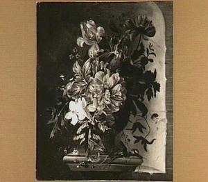Bloemen in een vaas op een piëdestal voor een nis