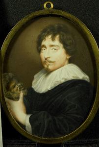 Portret van een man, staande met een gebeeldhouwd Silenus-kopje in de hand