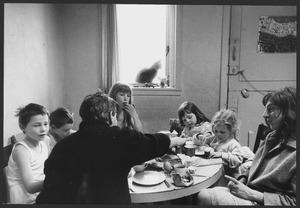 Lucebert en zijn gezin aan het ontbijt, Boendemakershof, Bergen