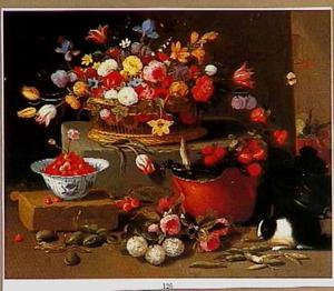 Stilleven met bloemen , een kom aardbeien, peulvruchten en een konijn.