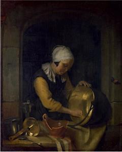 Oude vrouw die een koperen ketel schuurt in een nis