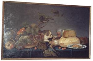 Stilleven met vruchten, kaas, gevogelte en een poes