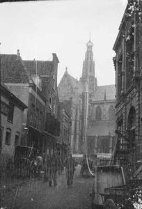 Gezicht op de Grote of Sint-Bavokerk vanuit de Smedestraat te Haarlem