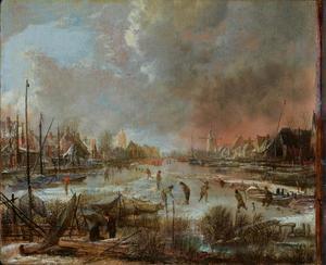 Winterlandschap met kolvers op een vaart langs een dorp