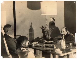 Jacob Bendien (r.) en twee onbekenden aan een eettafel