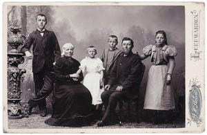 Portret van Ymke Johannes Swierstra (1852-1935), Elisabeth Jans Heeringa (1857-1934) en hun kinderen