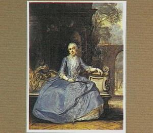Portret van een jonge vrouw zittend op een tuinbank