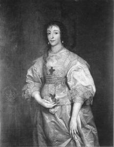 Portret van koningin Henriëtte Maria met rozen in haar hand, staande naast een tafel waarop haar kroon
