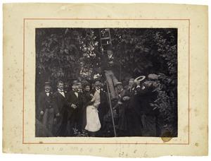 Portret van negen mannen en een vrouw in Vreeland