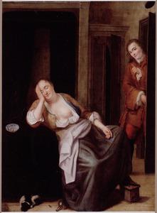 Slapende vrouw, leunend op een tafel, door jonge man betrapt