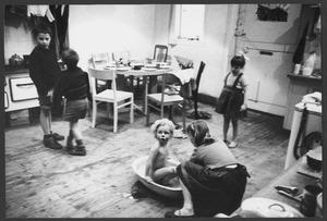 Luceberts kinderen in de keuken, Boendemakershof, Bergen c. 1958