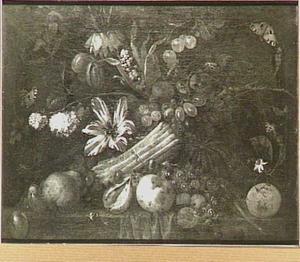 Stilleven met verschillende vruchten, groenten, bloemen en insekten