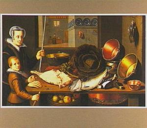 Jonge vrouw en jongen bij een tafel met vis, groenten en koperen ketels, op de achtergrond een doorkijk