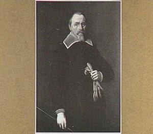 Portret van een man met zjin handschoenen in de hand