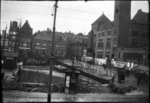 Het Damrak met de Beurs van Berlage te Amsterdam