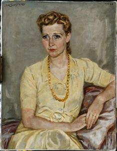 Portret van een vrouw in een gele jurk, met halsketting