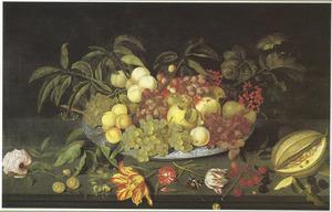 Stilleven met bloemen en een Chinese schotel met fruit