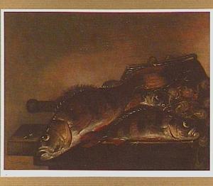 Stilleven van baarzen en visgerei op een tafel
