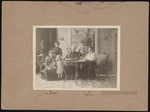 Greta Heybroek (voormalige verloofde van Piet Mondriaan) met familieleden