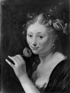 Jonge vrouw die aan een bloem ruikt