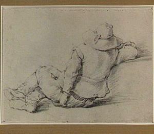 Op de grond zittende man, van achteren gezien