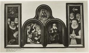 Middendeel: Maria met kind en de HH. Catharina en Agnes (links), de H. Anna-te-Drieën (rechts), God de Vader en de H. Geest (boven); luiken: Anth. de Mol en zijn echtgenote Anna de Baenst met hun kinderen