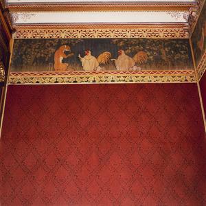 De vos Reynaerde met geboeide poten en twee vermomde hanen