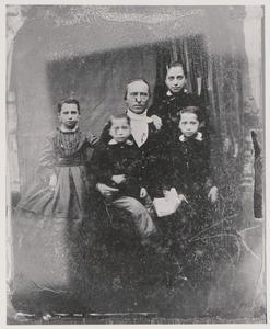 Portret van Bartholomeus Johannes Westerbeek van Eerten (1817-1888) en zijn kinderen