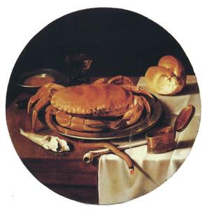Stilleven met krab op bord, tabaksdoos, pijp en brood op een tafel met wit servet